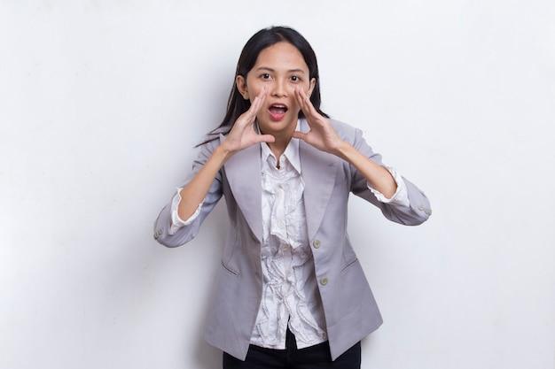 흰색 배경에 격리된 고함을 지르며 고함을 지르는 젊은 아시아 비즈니스 여성