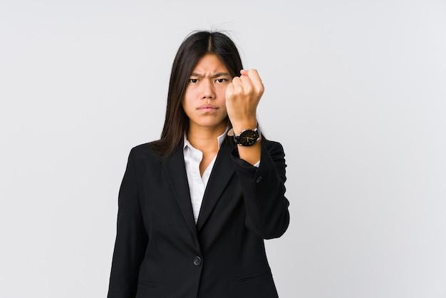 카메라, 공격적인 표정에 주먹을 보여주는 젊은 아시아 비즈니스 여자.