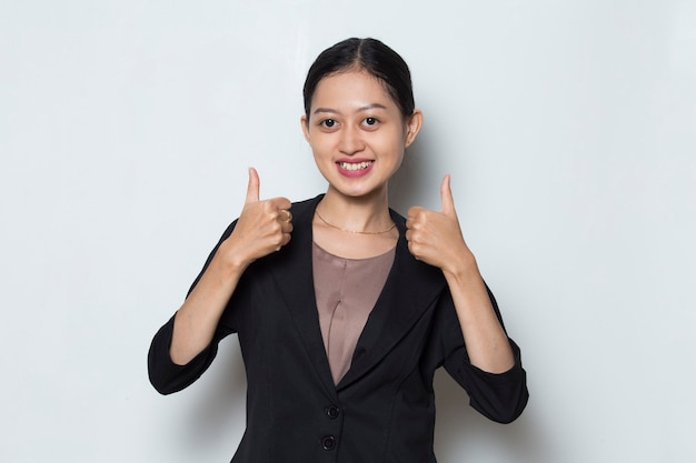 若いアジアのビジネス女性の笑顔と手振りでokサインを作る