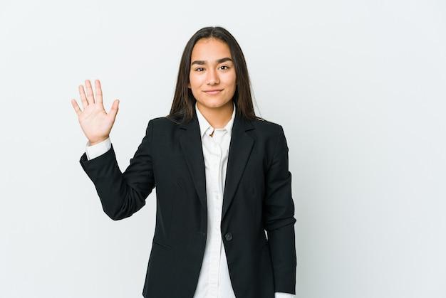 Показывать номер 5 молодой азиатской бизнес-леди жизнерадостный с пальцами.