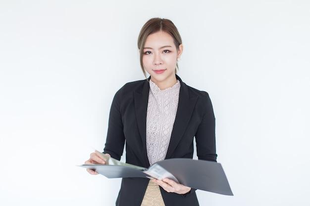 복사 공간을 배경으로 웃고 있는 젊은 아시아 비즈니스 여성