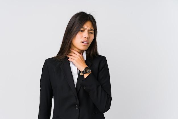 젊은 아시아 비즈니스 여성은 바이러스 또는 감염으로 인해 목에 통증을 앓고 있습니다.