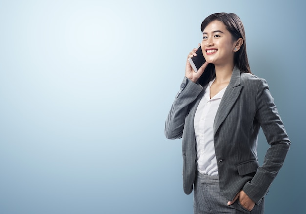 Young asian business woman talking on the smartphone