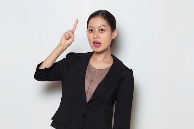 若いアジアのビジネス女性は白い背景の上のアイデアを考える