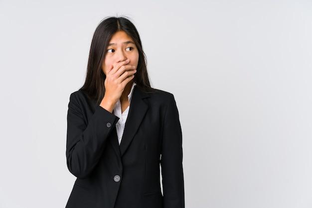 사려 깊은 젊은 아시아 비즈니스 여자 손으로 입을 덮고 복사 공간을 찾고.