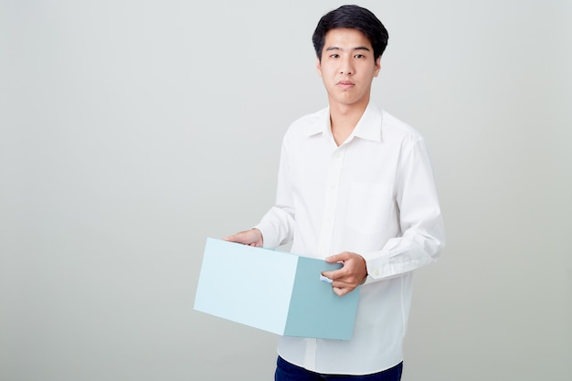 상자를 들고 젊은 아시아 사업가