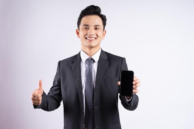 白地にスーツを着ている若いアジア人実業家