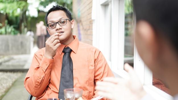 야외에서 논의하는 젊은 아시아 사업가