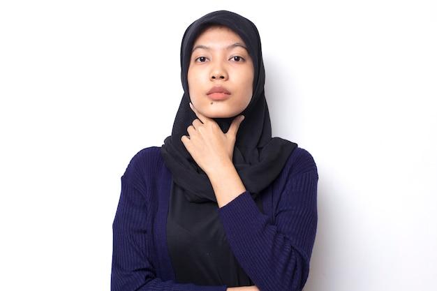 Молодая азиатская коммерсантка носит хиджаб, показывая вдумчивый жест