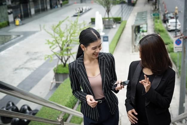 계단을 걷고 다큐멘터리 젊은 아시아 경제인.