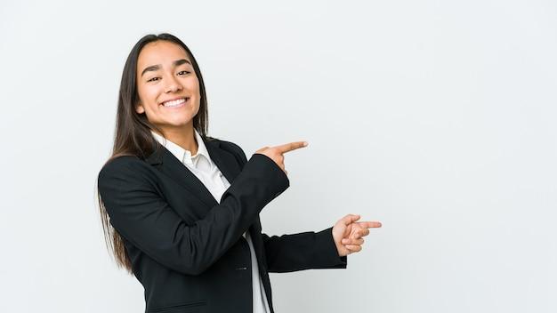 白い背景で隔離の若いアジアのbussines女性は離れて人差し指を指して興奮しました。