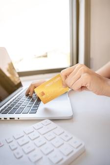 신용 카드를 들고 젊은 아시아 소비자 여자 손