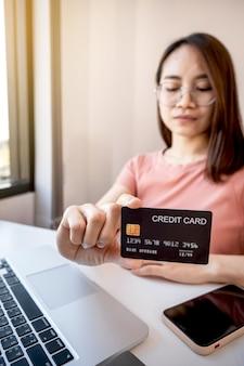 Молодая азиатская потребительская женщина рука кредитной карты