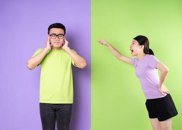 서로 말다툼을 하는 젊은 아시아 부부, 장거리 사랑 개념