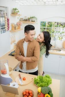 부엌에서 요리하는 젊은 아시아 부부