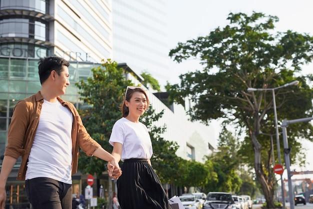 ベトナム、ホーチミン市のルロイ通りで買い物に出かける若いアジア人カップル