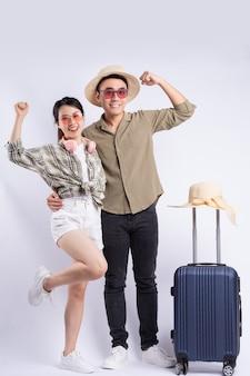 흰색 바탕에 포즈를 취하는 젊은 아시아 커플