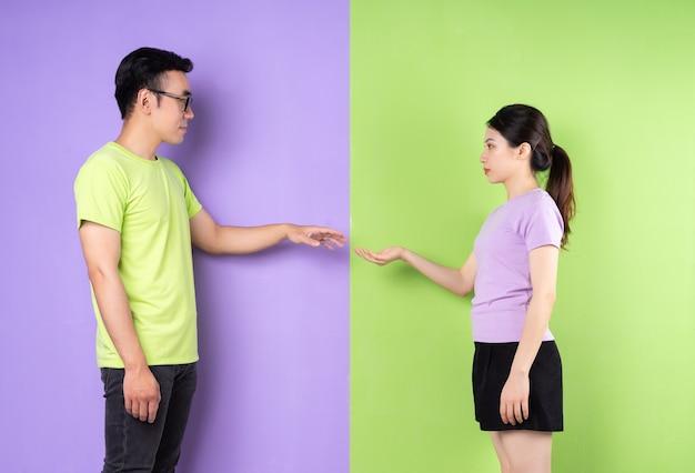 서로 만지려고 하는 젊은 아시아 부부, 장거리 사랑 개념