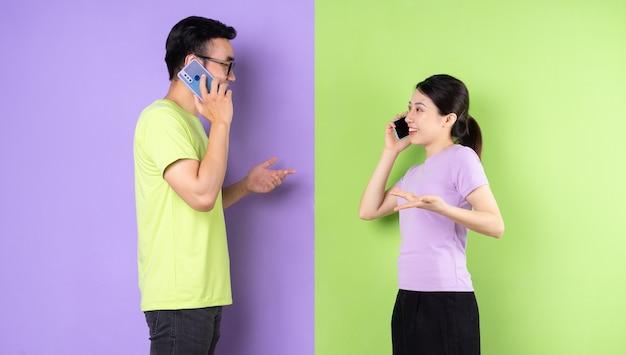 스마트폰을 사용하는 젊은 아시아 부부, 장거리 사랑 개념