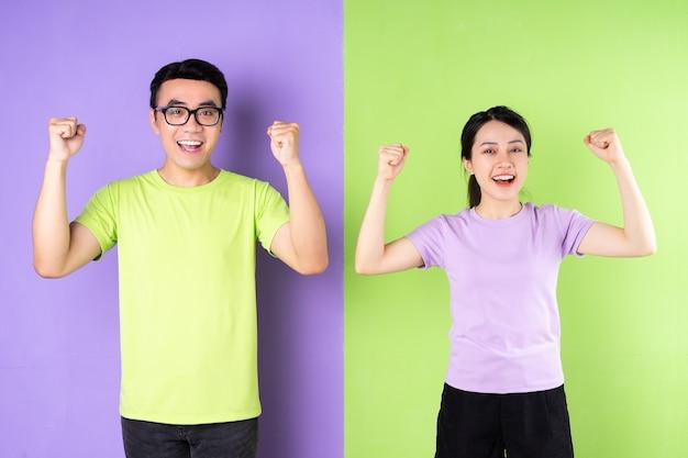 흥분된 표정으로 젊은 아시아 부부