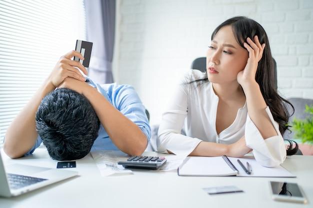 젊은 아시아 커플들은 스트레스를 받습니다. 그들은 온라인 쇼핑으로 인한 신용 카드 재정 문제가 있습니다.
