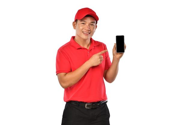 Молодой азиатский доставщик держит и вводит использование смартфона для доставки, изолированного на белом фоне