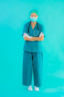 マスクとeyeglasssesを持つ若いアジア医師女性