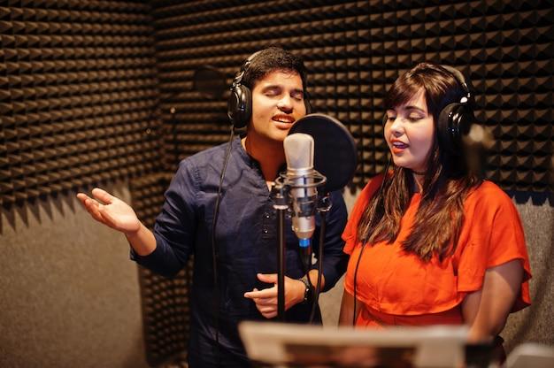 Молодые азиатские певцы дуэта записывают в студии