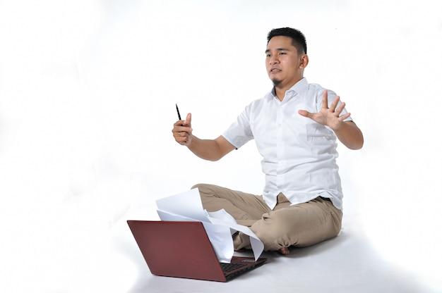 젊은 아시아 기업가/프리랜서 또는 사업가 현기증 또는 화가, 흰색 절연