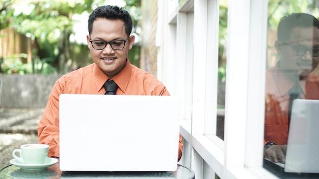 노트북을보고 젊은 아시아 기업