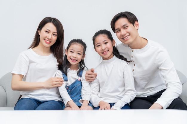 자유 시간에 집에서 즐겁게 젊은 아시아 가족