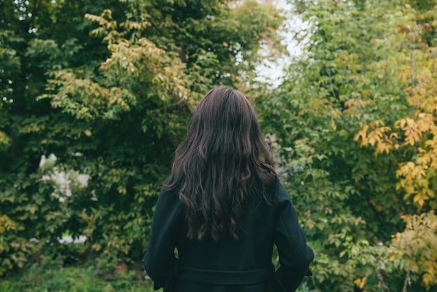 Молодая азиатская девушка в темном пальто