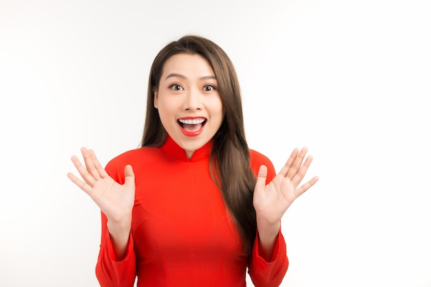 전통적인 아오자이 드레스 미소와 인사, 음력 설날 또는 봄 축제를 축하하는 젊은 아시아 소녀