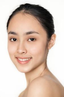 고립 된 젊은 아시아 여자 초상화