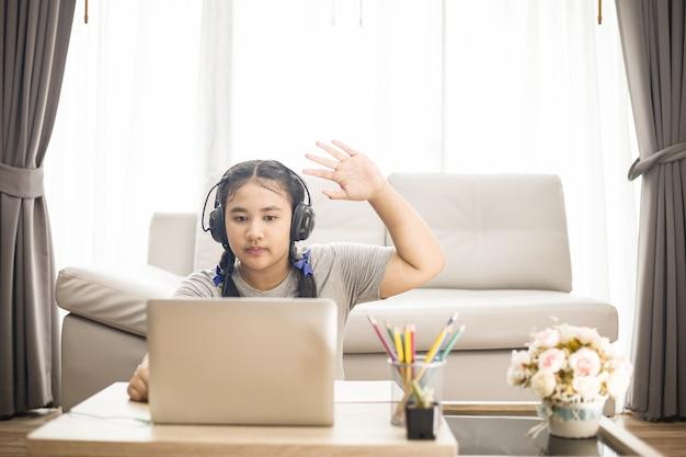 若いアジアの女の子の学生のオンライン学習クラスの研究オンラインビデオ通話ズーム教師