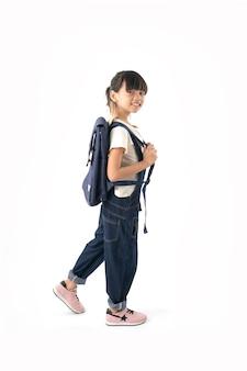 Молодой азиатский студент девушки при сумка школы изолированная на белизне