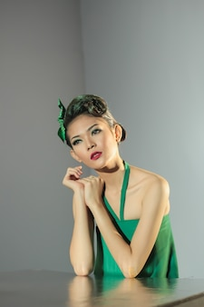 녹색 드레스를 입고 젊은 아시아 소녀. 인도네시아 현지 미인 초상화