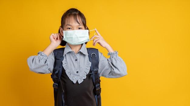 Молодая азиатская девушка в маске для лица
