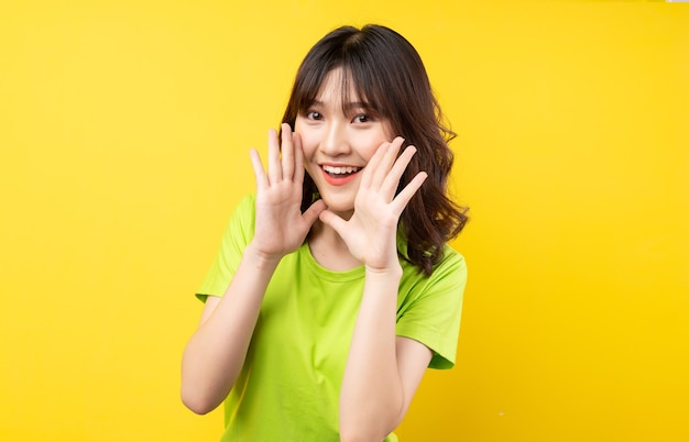 表現とジェスチャーを持つ若いアジアの女の子