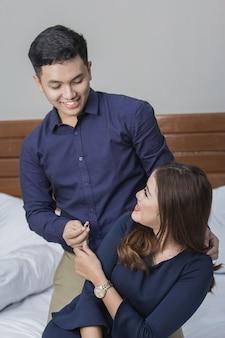 若いアジアの幸せなカップルの提案