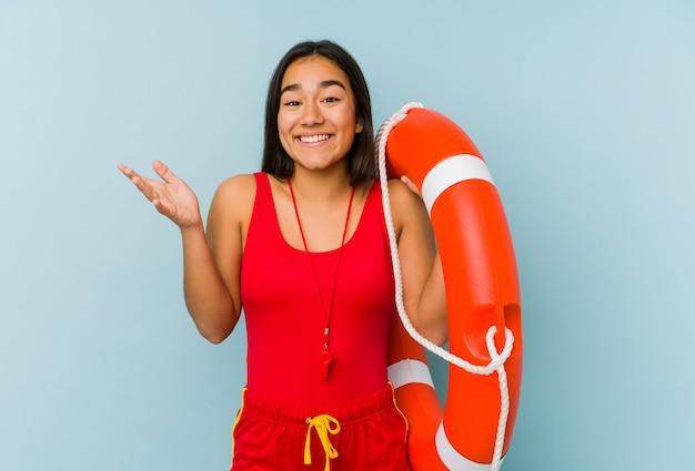 젊은 아시아 인명 구조 여자는 즐거운 놀라움을 받고, 흥분하고 손을 올리는 격리.