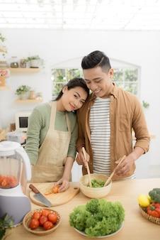 젊은 아시아 남자와 여자는 집에 있는 동안 낭만적인 시간을 보냅니다.