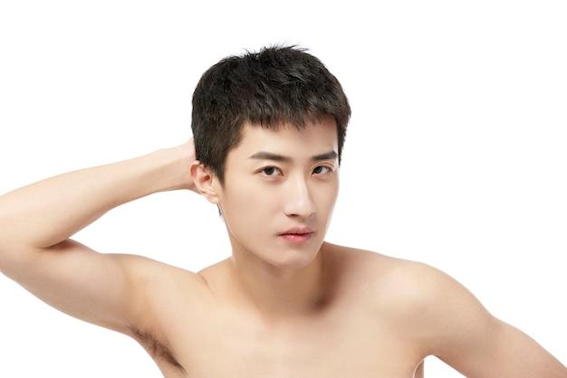 젊은 아시아 남자 신선한 건강한 피부, 절연, 미용 화장품 및 페이셜 트리트먼트와 그녀의 깨끗한 얼굴