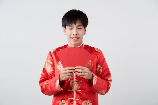 만다린 칼라 드레스에 젊은 아시아 남자