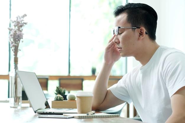 젊은 아시아 남자는 피곤하다.