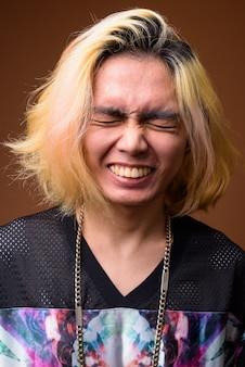 目を閉じて笑っている若いアジア人