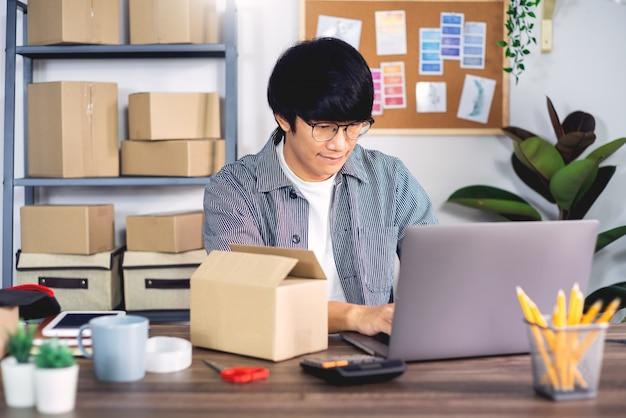 배달 서비스 사무실에서 작업하는 젊은 아시아 남자