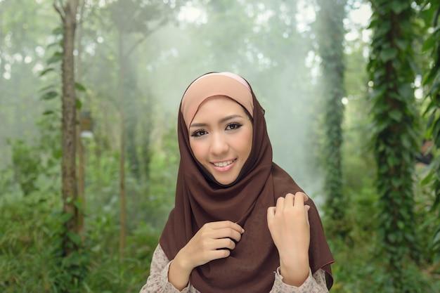 Молодая азиатская мусульманская женщина в улыбке шарфа, портрет исламской женщины улыбается. симпатичная мусульманская девушка.