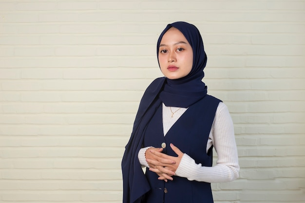 ヘッドスカーフの笑顔で若いアジアのイスラム教徒の女性