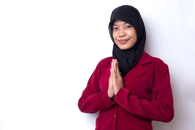 Молодая азиатская мусульманская женщина молится